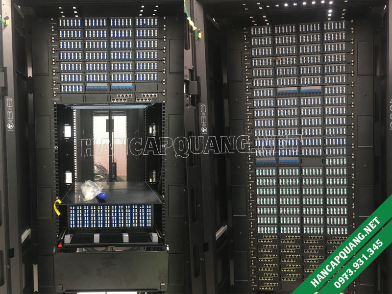 Tủ rack chứa các hộp phối quang chuẩn LC
